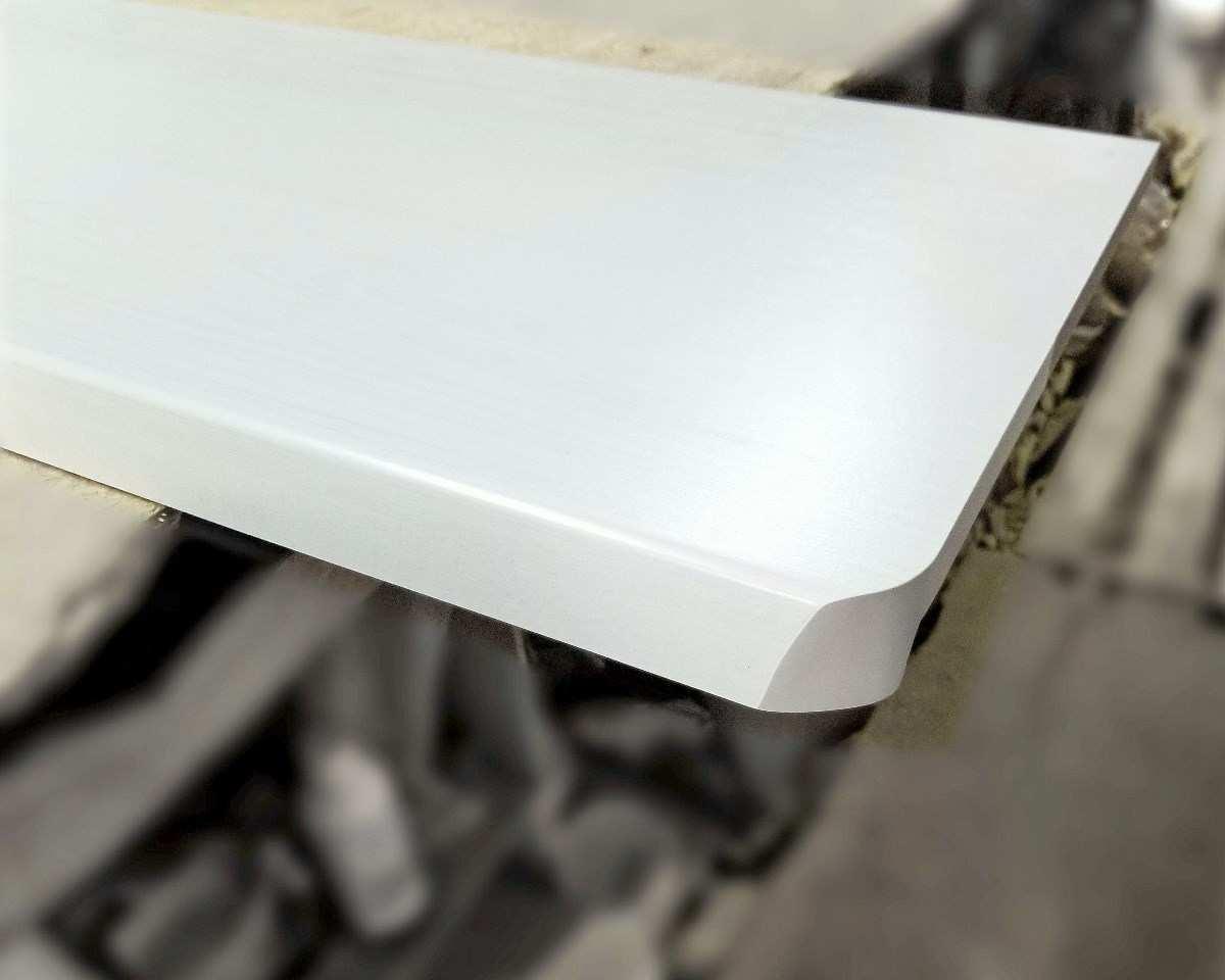 Торцевка подоконника топалит белое дерево на производстве в Киеве